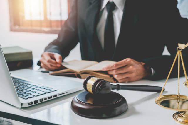 prawnik_mlotek_ksiazka_laptop